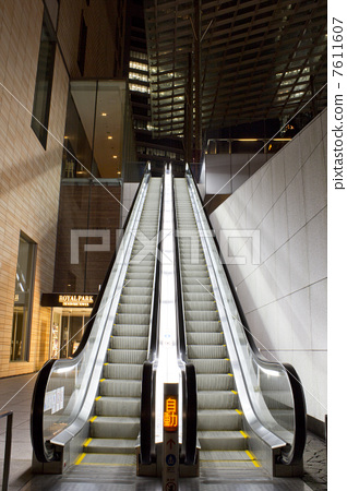 Unattended escalator that is stopping 7611607
