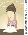 吹滅蠟燭的孩子在誕生蛋糕 7620530