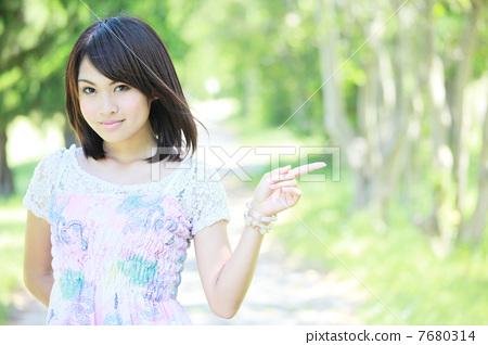 ○○을 소개하는 여성 7680314