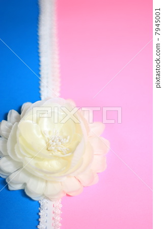 White artificial flowers and lace ribbon 7945001