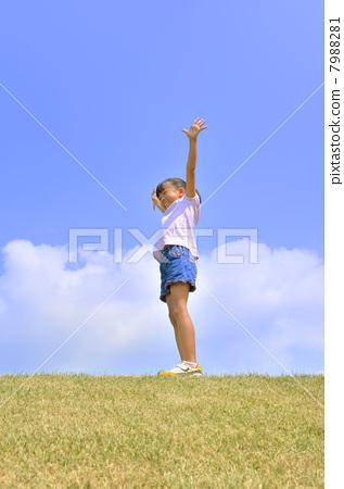A girl who makes a banzai in the blue sky 7988281