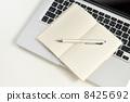 수첩, 펜, 컴퓨터 8425692