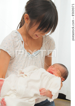 아기를 안고 초등학생 8569971