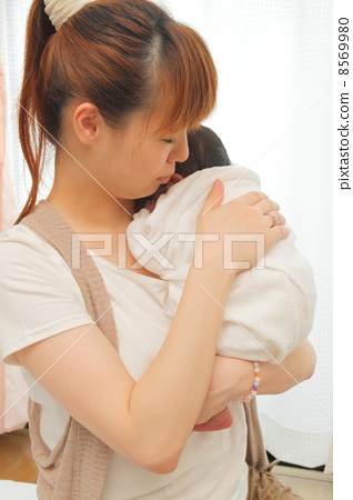 수유 후 아기에게 트림을시키는 엄마 8569980