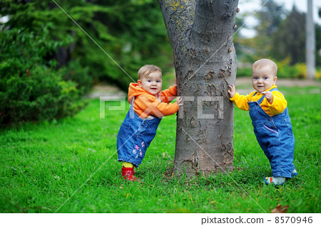 Babies standing 8570946