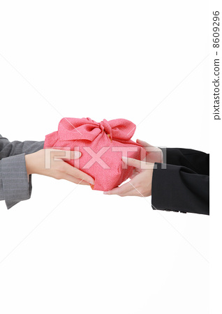 Hand that hands wrapping packet 8609296