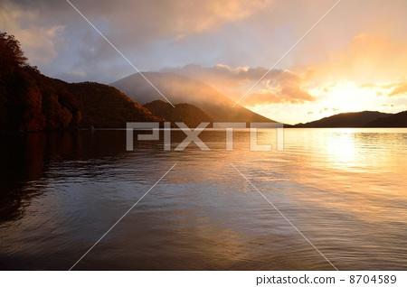中禪寺湖的日出 8704589
