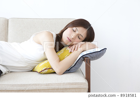 A lady lying on the sofa 8918581