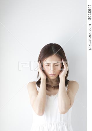 A woman with a headache 8918645