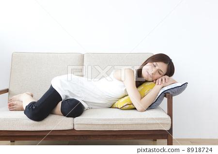 소파에 누워 여자 8918724