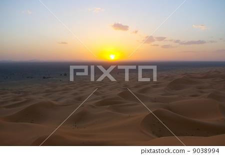 在撒哈拉沙漠的日落 9038994