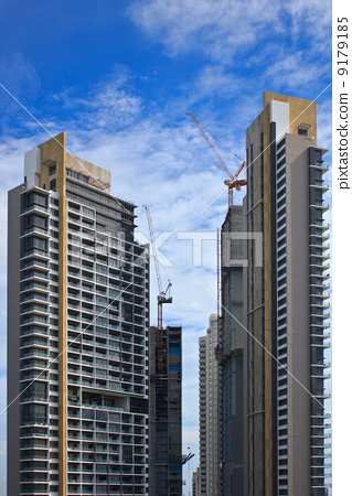 construction site with cranes 9179185