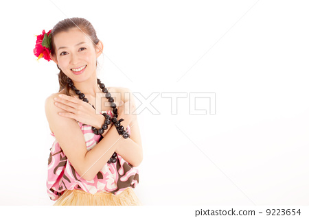 양손을 가슴 앞에서 교차시켜 카메라 시선의 섹시한 여자 9223654