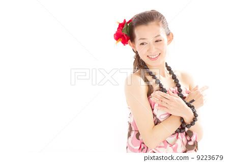 가슴까지 손을 교차시켜 뒤를 돌아서 훌라을 섹시한 일본 여자 9223679