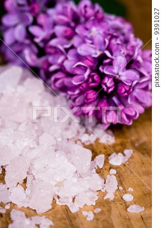 bath salt and lilac flower 9391027