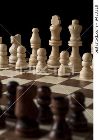 체스 보드에 늘어 놓은 말 9423119
