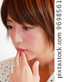 迷失,面部表情的年輕女性【情感】化妝品美女形象/美麗/ 20年代/彩色白/工作室拍攝 9698561