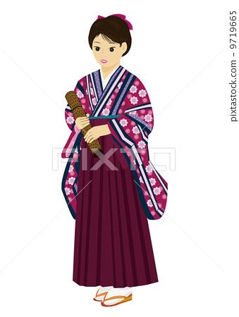 기모노 차림으로 졸업 증서를 가진 여자 9719665