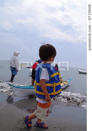 구명 조끼를 착용 한 아이 9719668
