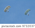 Two parachutists 9732037