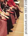 Female college student who graduates from graduation ceremony 9857108