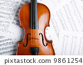 Violin on an notes background 9861254