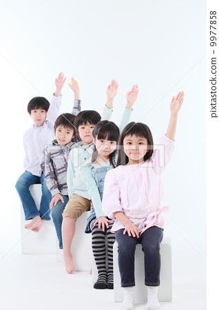 愛撫手的小學學生的圖像 9977858