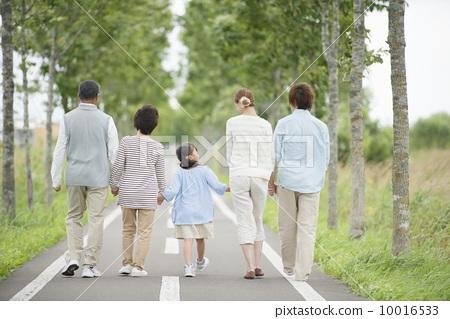 3代家庭的后面牵手在一条路 10016533