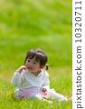 芝生に座る可愛い女の子  10320711