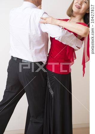 사교 댄스를 추는 60 대 부부 10427817