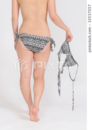 수영복을 벗은 수영복 차림의 젊은 여성의 뒷모습 10537057