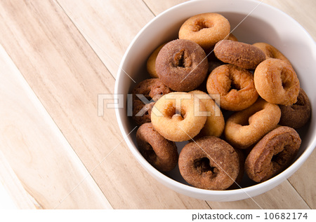 Small donuts 10682174