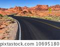 ネバタ州 砂漠の道路 10695180