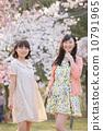 벚꽃 나무 아래에서 봄을 즐기는 젊은 2 명의 여자 10791965