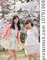 벚꽃 나무 아래에서 봄을 즐기는 젊은 2 명의 여자 10791968