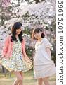 벚꽃 나무 아래에서 봄을 즐기는 젊은 2 명의 여자 10791969