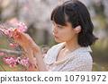 벚꽃을 감상 젊은 여성 10791972