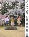 벚꽃 나무 아래에서 점프하는 세 명의 젊은 여성 10791973