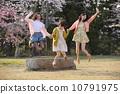 벚꽃 나무 아래에서 점프하는 세 명의 젊은 여성 10791975