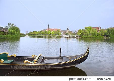 公園湖泊邊的木船 10907326