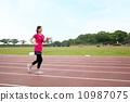 경기장에서 운동하는 여자 10987075