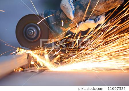 metal sawing close up 11007523