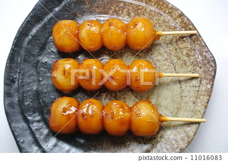 Three Mitarashi dumplings 11016083