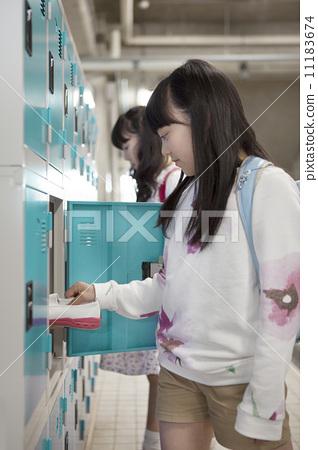 将鞋换到更衣室的小学生 11183674