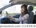 駕駛汽車的一名微笑的婦女 11183818