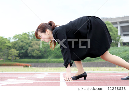 경기장에서 운동하는 여자 11258838
