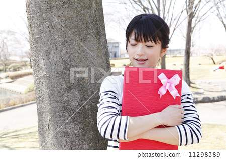 A young lady who wants to give a gift 11298389