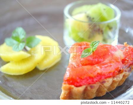 蛋撻和水果拼盤(水平位置) 11440272