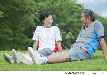 A couple sitting on the lawn 11623053
