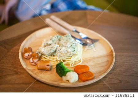 Spaghetti on wood plate 11686211
